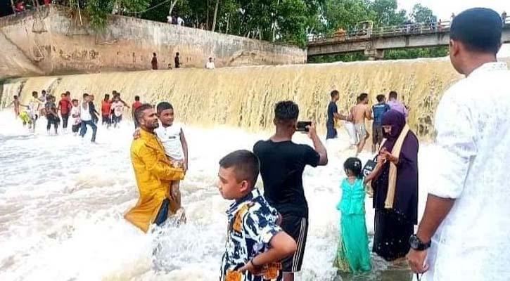 হবিগঞ্জে সোনাই নদীতে দর্শনার্থীদের ভিড়