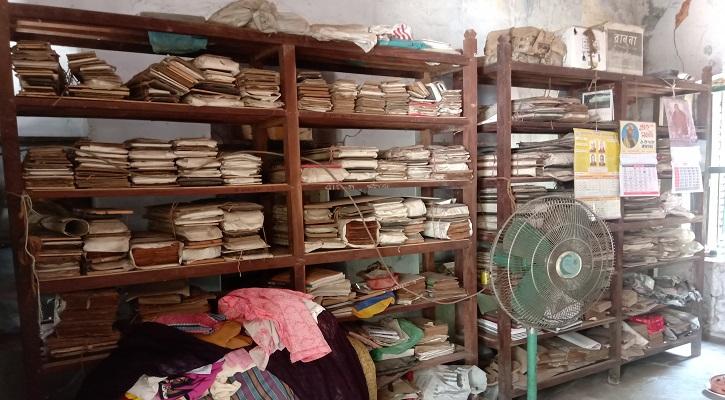 কুমিল্লার রামমালা গ্রন্থাগার এখন ধুলাবালুতে ধূসর