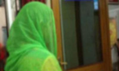হিজলায় বিষের বোতল নিয়ে প্রেমিকের বাড়িতে প্রেমিকার অনশন