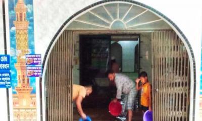 বৃষ্টি হলে ডুবে যায় হীরাঝিল মসজিদ: এলাকাবাসীর ক্ষোভ