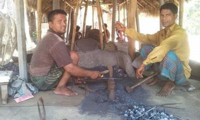 দুপচাঁচিয়ায় ধানকাটা কে ঘিরে কর্মব্যস্ত কামারশালা