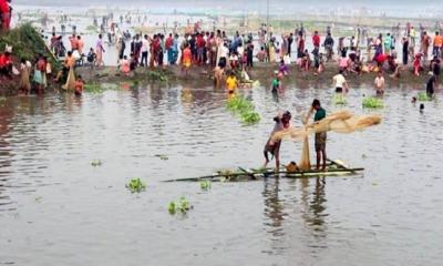 ঠাকুরগাঁওয়ে সুক নদীর বুড়ির বাঁধে চলছে মাছ ধরার মহাউৎসব