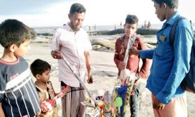 কুয়াকাটা সৈকতে উড়ছে ক্ষুদে ব্যবসায়ীদের রঙিন ঘুড়ি